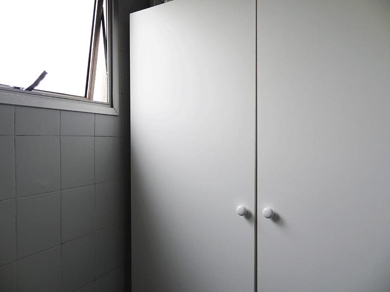Sacomã, Apartamento Padrão-Área de serviço com piso de cerâmica, armários planejados e divisória da cozinha em vidro.