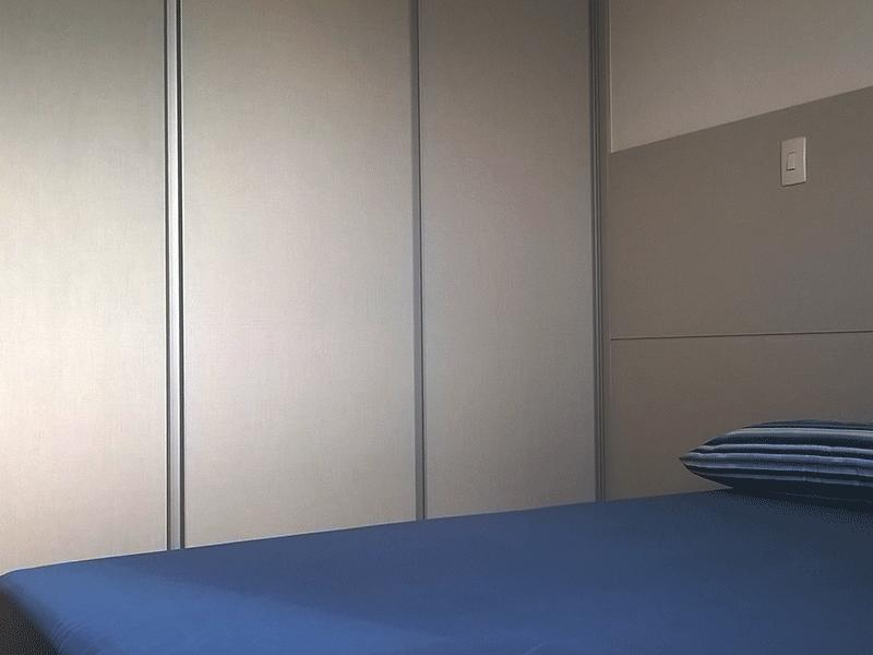 Ipiranga, Apartamento Padrão-Primeiro dormitório com piso laminado e armários planejados.