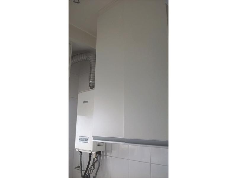 Ipiranga, Apartamento Padrão-Área de serviço com piso de cerâmica, aquecedor de passagem, armários planejado e divisória da cozinha em alumínio.