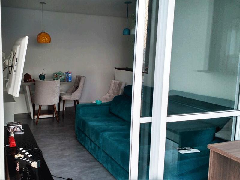 Ipiranga, Apartamento Padrão - Sala retangular com piso laminado e acesso a varanda.