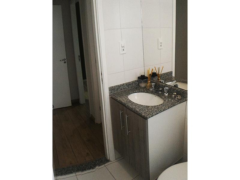 Jabaquara, Apartamento Padrão-Banheiro social com piso de cerâmica e pia de granito com gabinete.