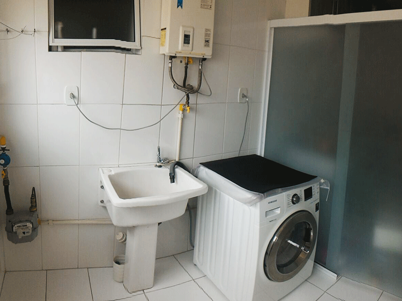 Jabaquara, Apartamento Padrão-Área de serviço com piso de cerâmica, aquecedor de passagem, armários planejados e divisória da cozinha em vidro.