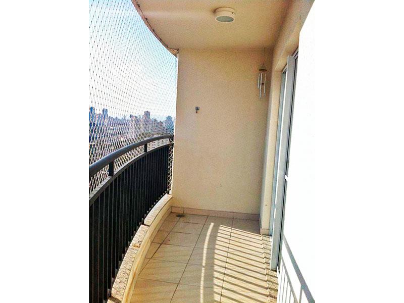 Sacomã, Apartamento Padrão-Sacada com piso de cerâmica e tela de proteção.