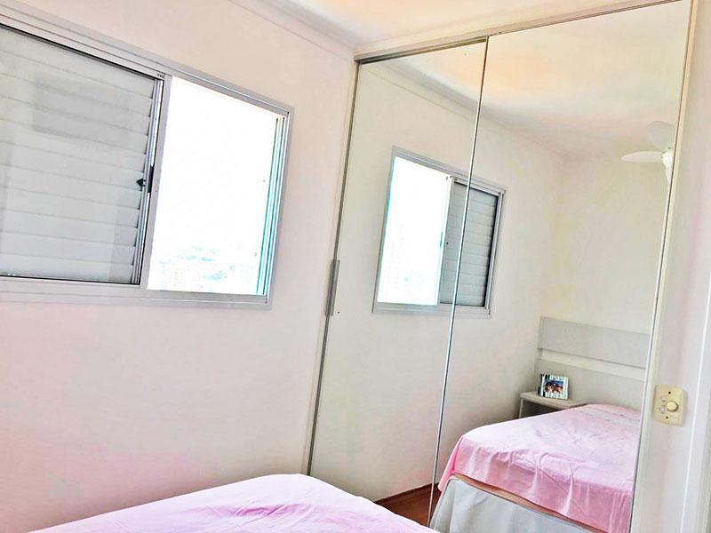 Sacomã, Apartamento Padrão-Suíte com piso laminado, teto com moldura de gesso e armários embutidos.