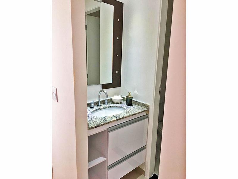 Sacomã, Apartamento Padrão-Banheiro social com piso de cerâmica, lavatório externo com gabinete e pia de granito.