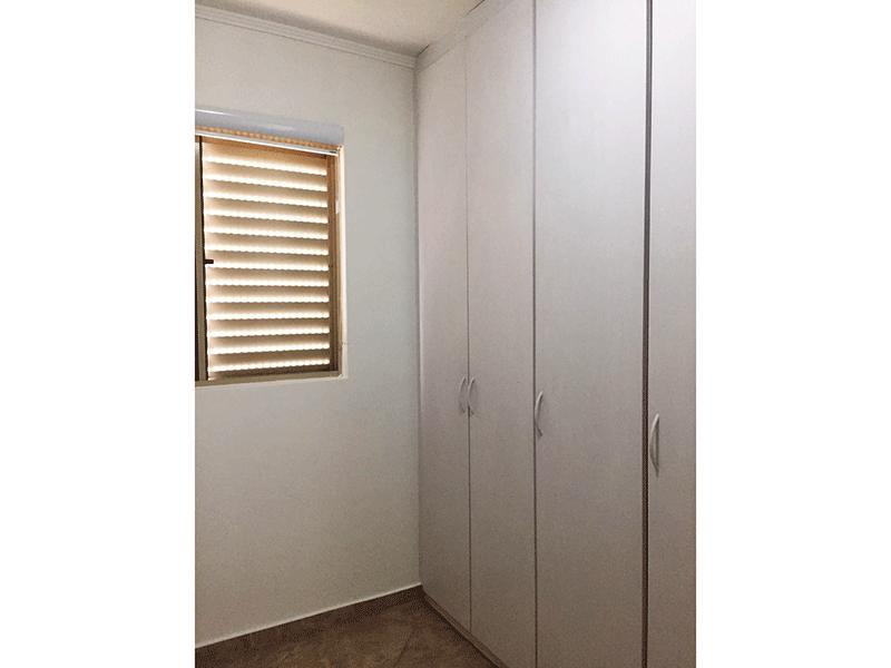 Jabaquara, Apartamento Padrão-Segundo dormitório com piso de cerâmica, teto com moldura de gesso e armários planejados.