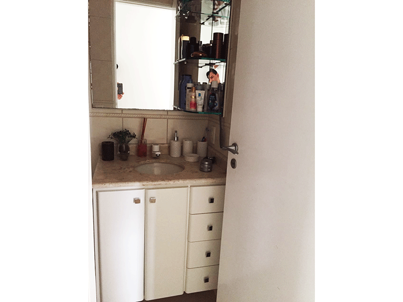 Jabaquara, Apartamento Padrão-Banheiro social com pia de granito e gabinete.