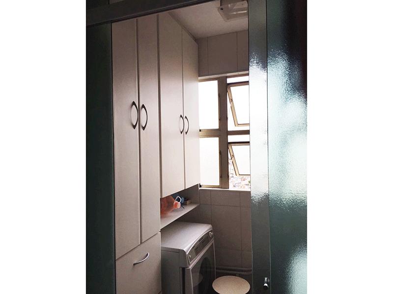 Jabaquara, Apartamento Padrão-Área de serviço com piso de cerâmica, armários planejados e divisória da cozinha em vidro.