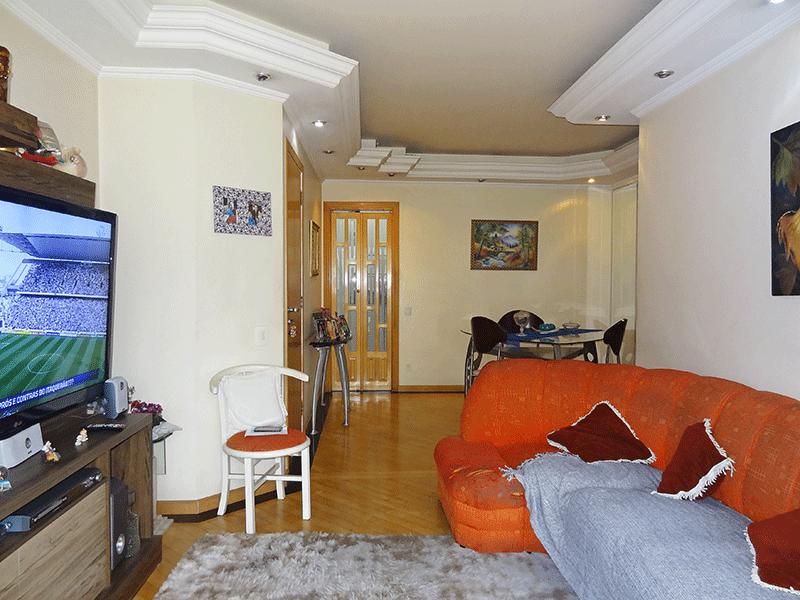 Ipiranga, Apartamento Padrão - Sala em L, com piso de madeira, teto com sanca de gesso, iluminação embutida e acesso à sacada.