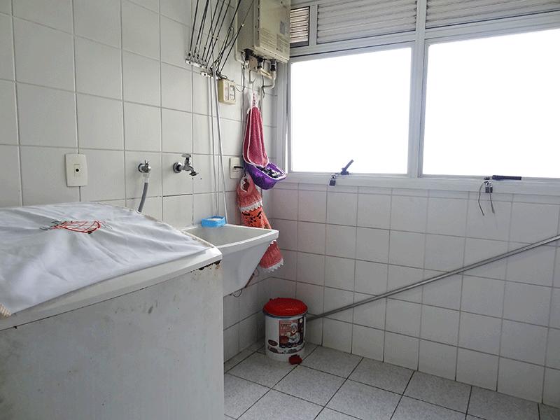 Ipiranga, Apartamento Padrão-Área de serviço com piso de cerâmica, teto com moldura de gesso, divisório de vidro e aquecedor de passagem.