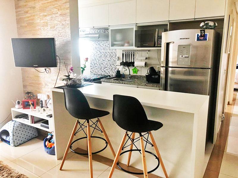 Sacomã, Apartamento Padrão-Cozinha Americana com piso de porcelanato, armários planejados, gabinete, pia de granito e acesso a área de serviço.