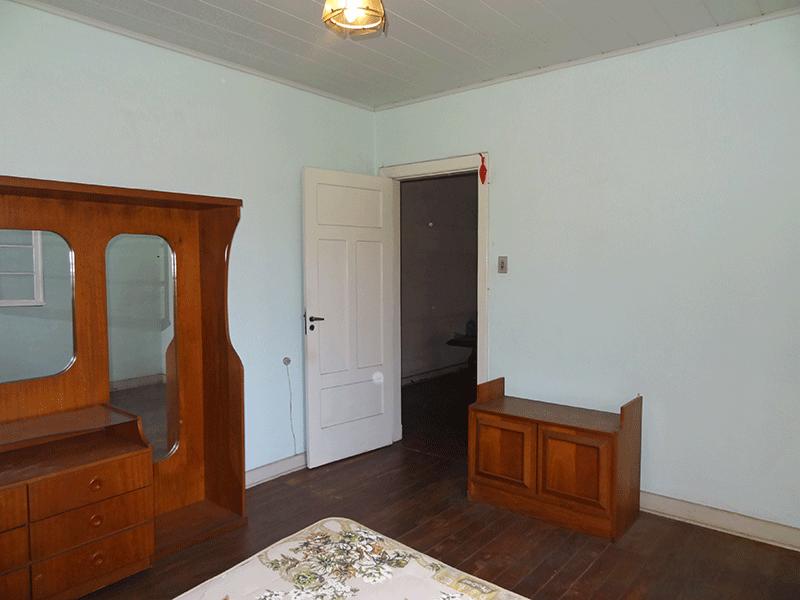 Ipiranga, Casa Térrea-1º dormitório com piso de madeira e teto de PVC.