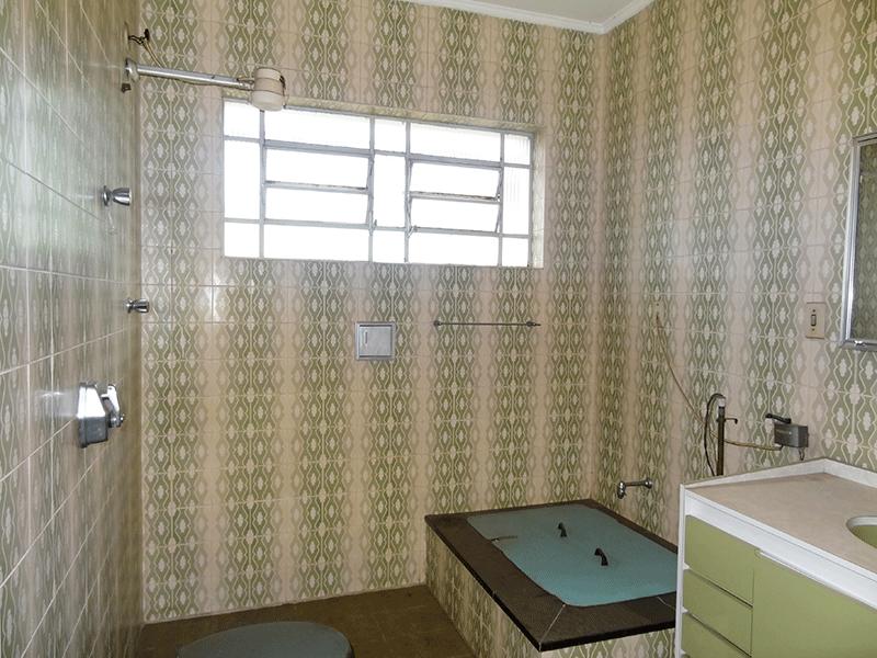 Ipiranga, Casa Térrea-Banheiro social com piso de cerâmica, teto com moldura de gesso e pia tradicional com gabinete e armário embutido.