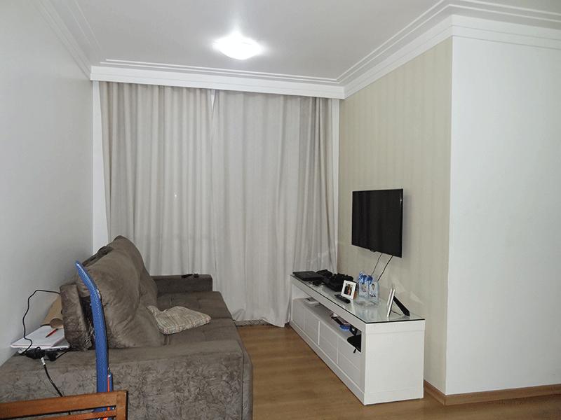 Sacomã, Apartamento Padrão - Sala em L com piso laminado, teto com moldura de gesso e acesso à varanda.