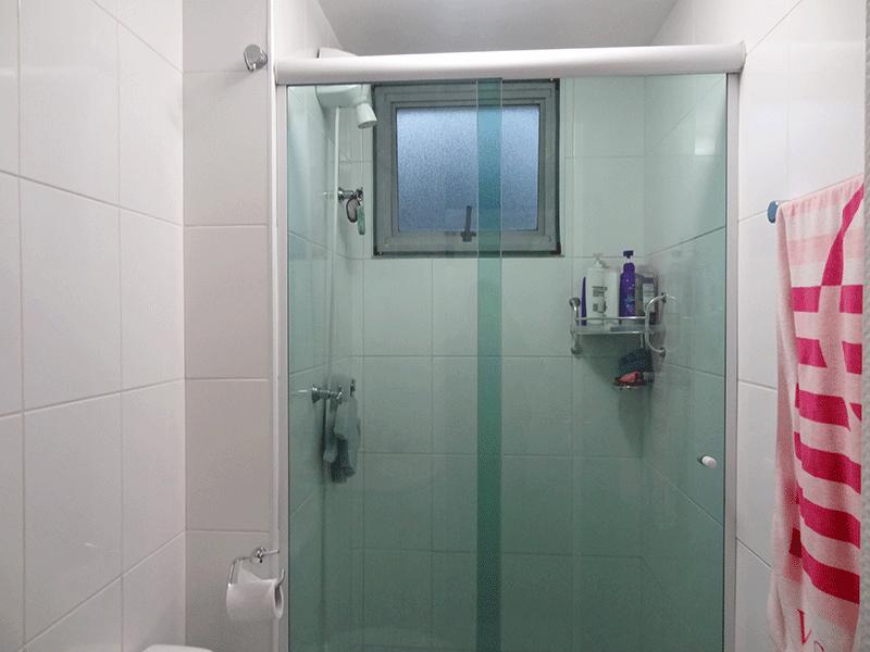 Sacomã, Apartamento Padrão-Banheiro da suíte com piso de cerâmica, pia de mármore com gabinete e box de vidro.