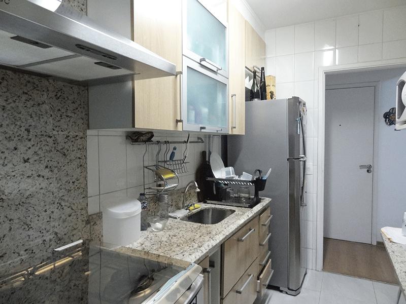 Sacomã, Apartamento Padrão-Cozinha com piso de cerâmica, teto com moldura de gesso, pia de granito om gabinete e armários planejados.