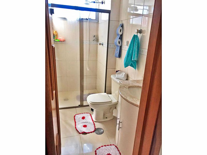 Sacomã, Apartamento Padrão-Banheiro social com piso de porcelanato, gabinete, pia de mármore e box de vidro.