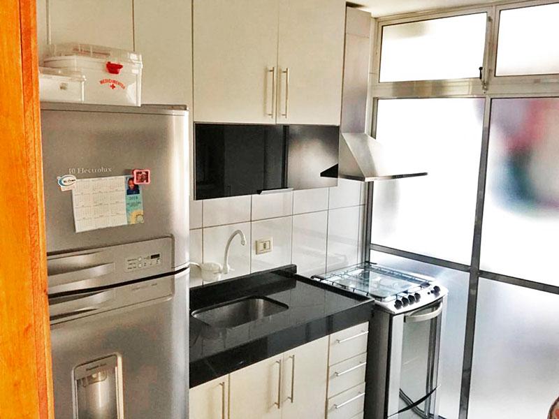 Sacomã, Apartamento Padrão-Cozinha com piso de porcelanato, armários planejados, gabinete, pia de granito e acesso a área de serviço.
