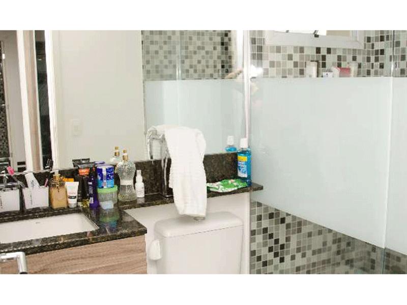 Ipiranga, Apartamento Padrão-Banheiro da suíte com piso de granito, pia de granito com gabinete, pastilhas na parede, espelho e box de vidro.