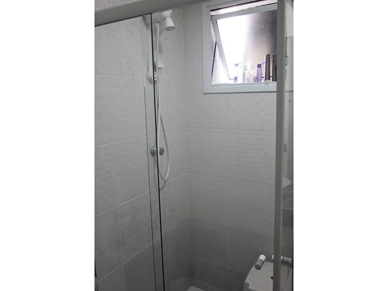 Sacomã, Apartamento Padrão-Banheiro social com piso de cerâmica, bancada de granito com cuba sobreposta e box de vidro.