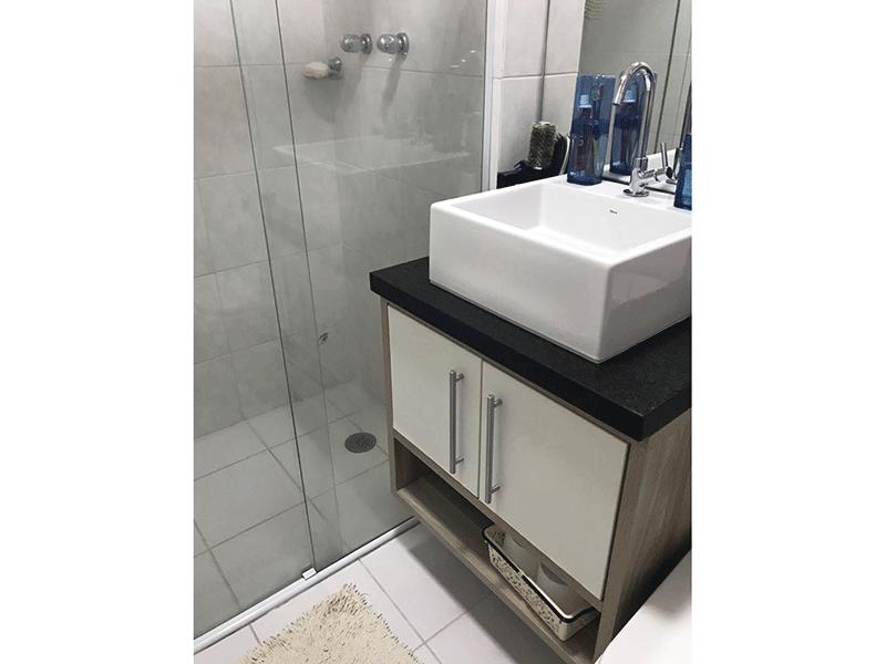 Sacomã, Apartamento Padrão-Banheiro da suíte com piso de cerâmica, pia de granito com cuba sobreposta com gabinete e box de vidro.