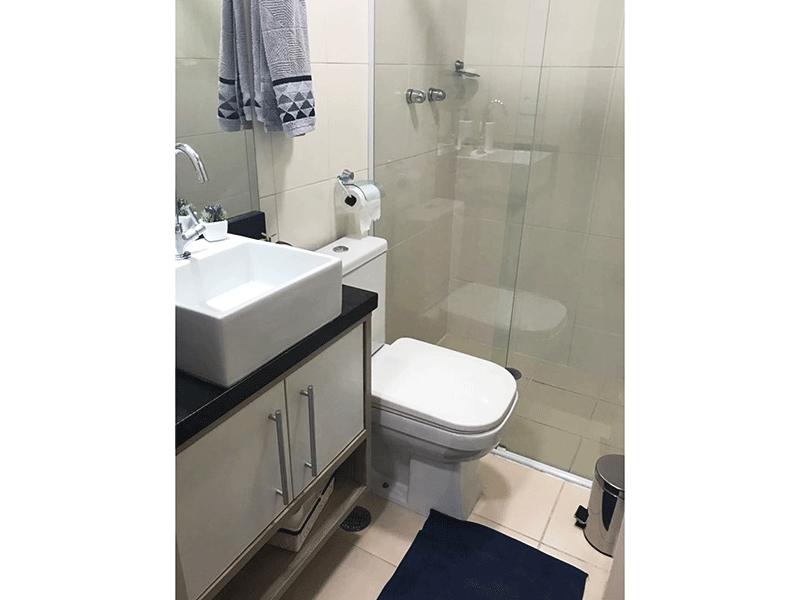 Sacomã, Apartamento Padrão-Banheiro social com piso de cerâmica, pia de granito com cuba sobreposta com gabinete e box de vidro.