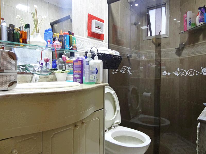 Jabaquara, Apartamento Padrão-Banheiro social com piso de cerâmica, teto com moldura de gesso, pia de granito com gabinete e box de vidro.