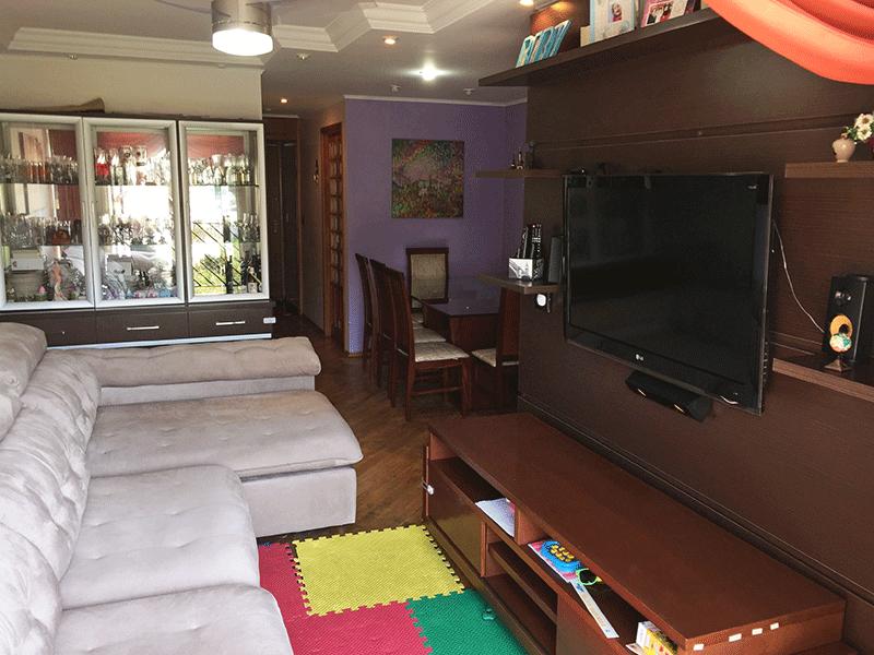 Jabaquara, Apartamento Padrão - Sala em L com piso de madeira, teto com sanca de gesso, iluminação embutida, ventilador de teto e acesso à varanda.