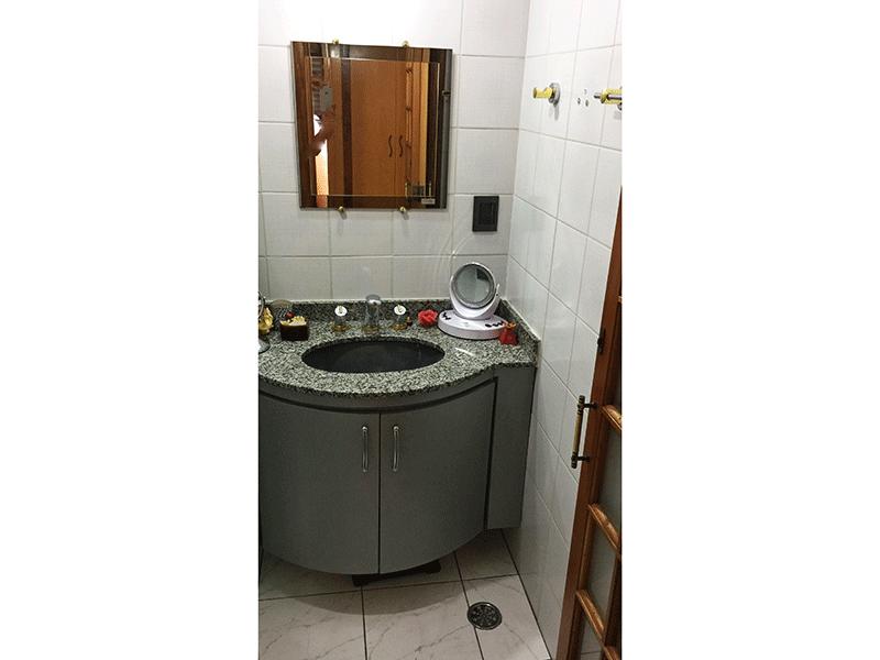 Jabaquara, Apartamento Padrão-Banheiro social com piso de cerâmica, pia de granito com gabinete e box de vidro.