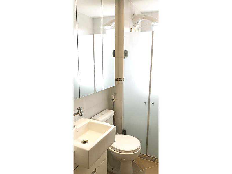 Sacomã, Apartamento Padrão-Banheiro social com piso de porcelanato, pia semi encaixada com gabinete e box de vidro.