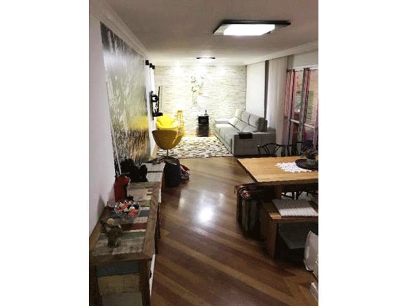 Ipiranga, Cobertura Duplex-Sala ampla retangular com piso de madeira, teto com moldura de gesso e acesso à varanda gourmet.