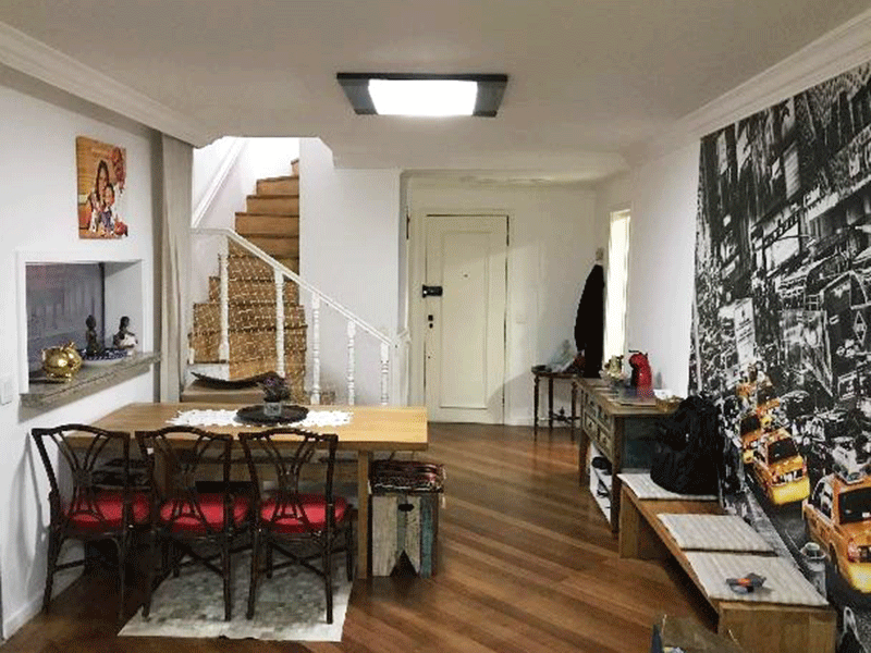 Ipiranga, Cobertura Duplex - Sala ampla retangular com piso de madeira, teto com moldura de gesso e acesso à varanda gourmet.
