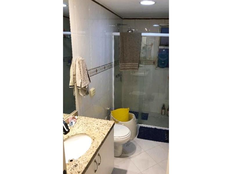 Ipiranga, Cobertura Duplex-Banheiro com piso de cerâmica, pia de granito com gabinete e box de vidro.