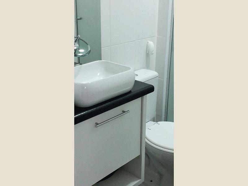 Sacomã, Apartamento Padrão-Banheiro com bancada com cuba sobreposta, gabinete e box de vidro.