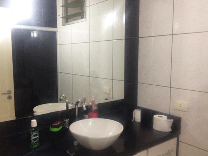 Jabaquara, Apartamento Padrão-Banheiro social com bancada de mármore e cuba sobreposta com gabinete.