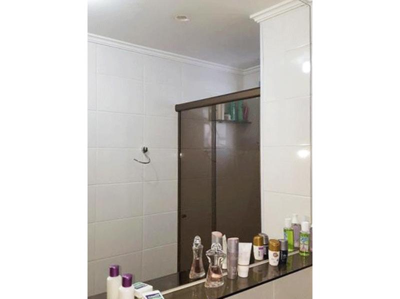 Sacomã, Apartamento Padrão-Banheiro da suíte, teto com moldura de gesso e box de vidro.