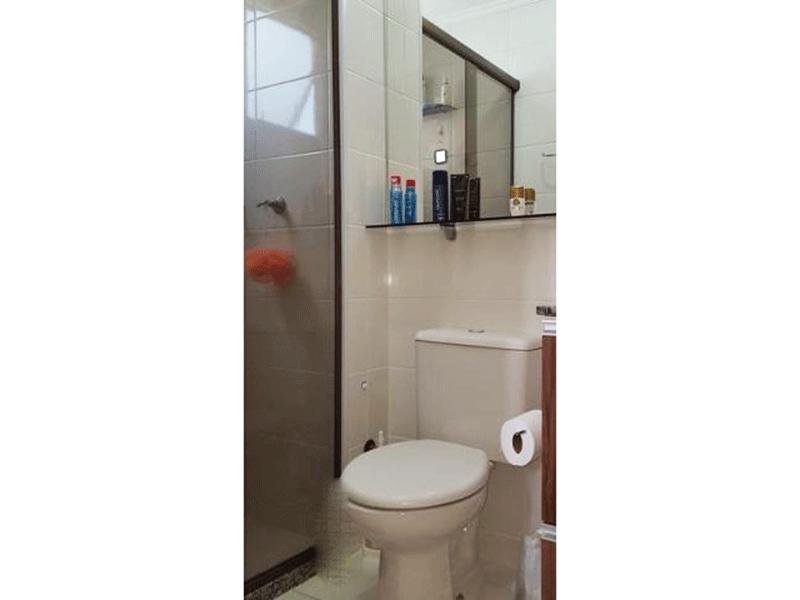 Sacomã, Apartamento Padrão-Banheiro social com piso de cerâmica, teto com moldura de gesso, pia com gabinete e box de vidro.