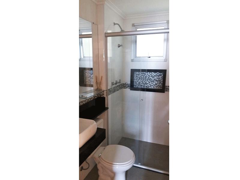 Sacomã, Apartamento Padrão-Banheiro social com piso de cerâmica, teto com moldura de gesso, pia com cuba sobreposta e box de vidro.