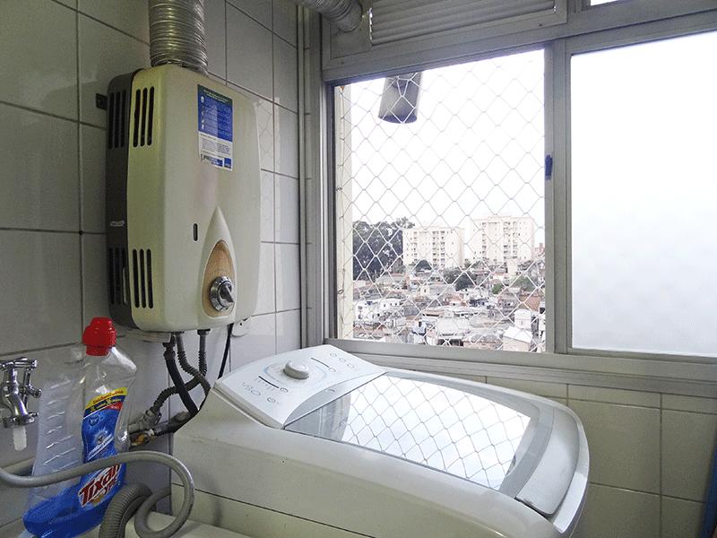 Sacomã, Apartamento Padrão-Área de serviço com piso de porcelanato, teto com moldura de gesso, divisória de vidro e aquecedor de passagem.