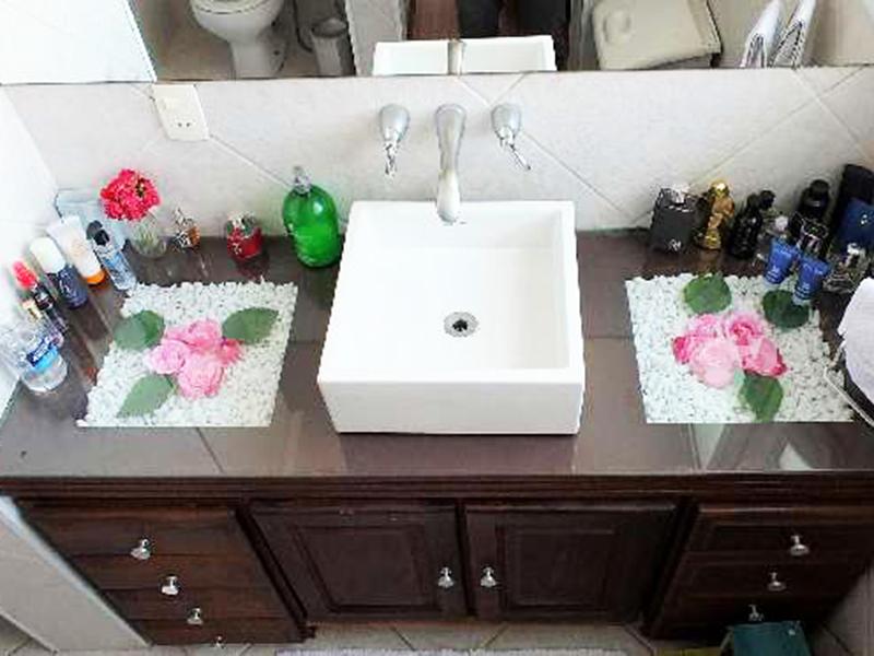 Ipiranga, Apartamento Conjugado-Banheiro da suíte com piso de cerâmica, cuba sobreposta e box de vidro.