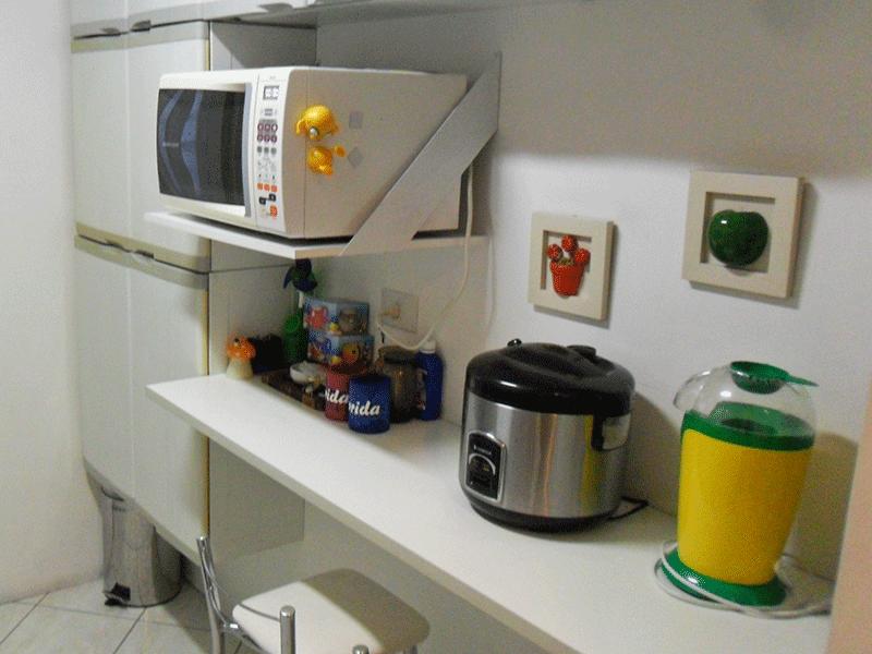 Sacomã, Apartamento Padrão-Cozinha com piso de cerâmica, pia de granito com gabinete, coifa, e armários planejados.