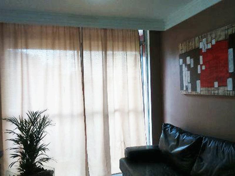 Sacomã, Apartamento Padrão - Sala com pios de cerâmica, teto com moldura de gesso e acesso à sacada.