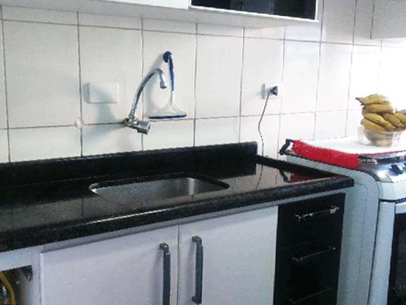 Sacomã, Apartamento Padrão-Cozinha integrado à área de serviço com piso de cerâmica, pia de granito com gabinete armários planejados.