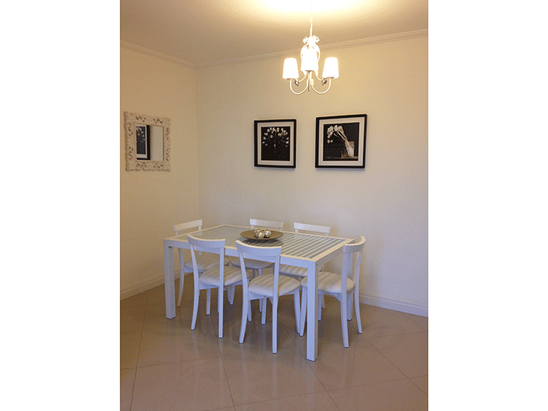 Sacomã, Apartamento Padrão-Sala dois ambientes com piso de porcelanato, teto com moldura de gesso e acesso à varanda.