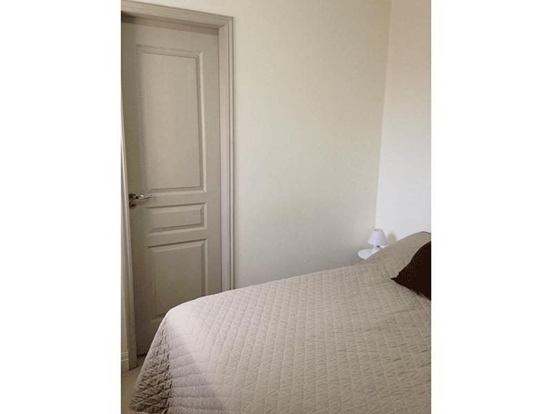 Sacomã, Apartamento Padrão-Suíte com piso de porcelanato, teto com moldura de gesso e armário embutido.
