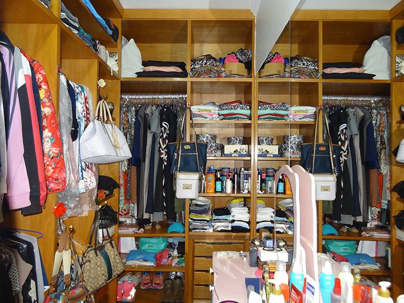 Sacomã, Apartamento Padrão-Closet com piso laminado, teto com moldura de gesso e armários planejados.