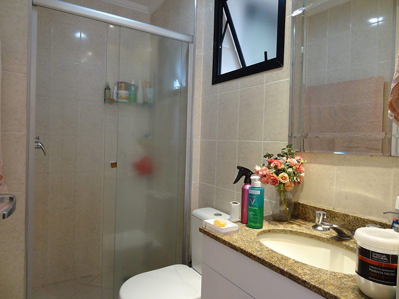 Sacomã, Apartamento Padrão-Banheiro da suíte com piso de cerâmica, teto com moldura de gesso, pia de granito, gabinete e box de vidro.