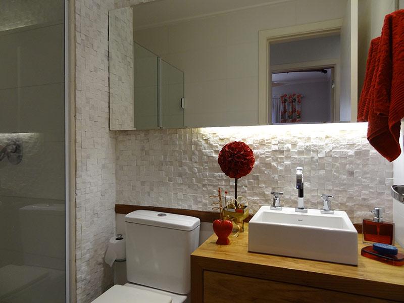 Sacomã, Apartamento Padrão-Banheiro social com piso de cerâmica, teto com moldura de gesso, cuba sobreposta, gabinete e box de vidro.