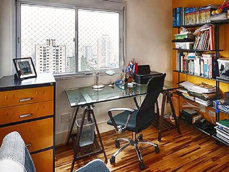 Ipiranga, Apartamento Padrão-2º dormitório com piso de taco de madeira, teto com moldura de gesso, armário embutido e janela com tela de proteção.