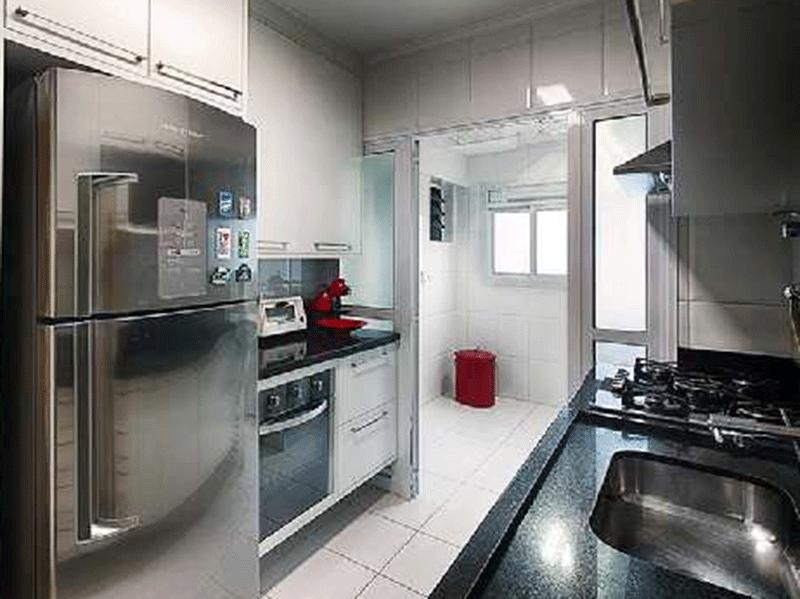 Ipiranga, Apartamento Padrão-Cozinha com piso de cerâmica, teto com moldura de gesso, pia de granito com gabinete, armários planejados, cook top e forno embutido.